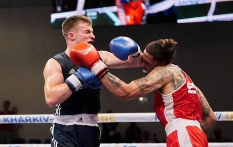 Боксеры отправили друг друга в одновременный нокдаун на чемпионате Европы