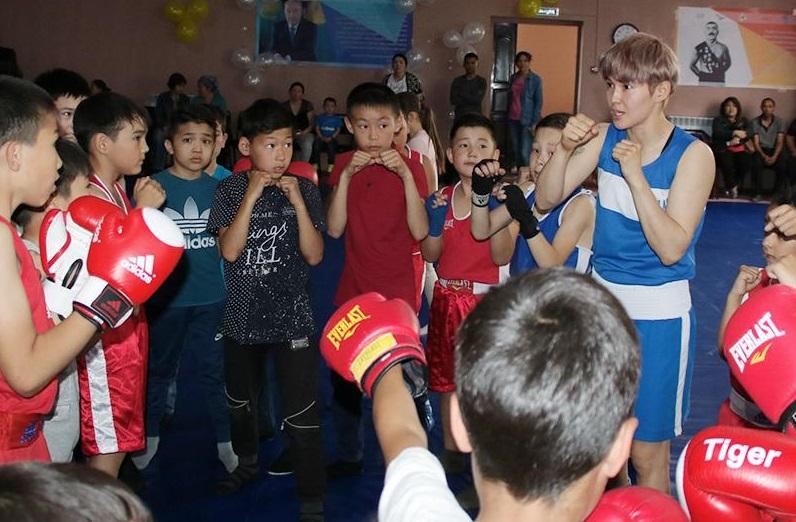 Назым Кызайбай и другие боксеры провели мастер-класс для детей в Алматы