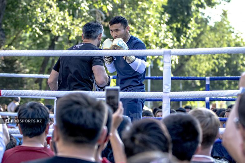 В Алматы прошла открытая тренировка титулованных боксеров